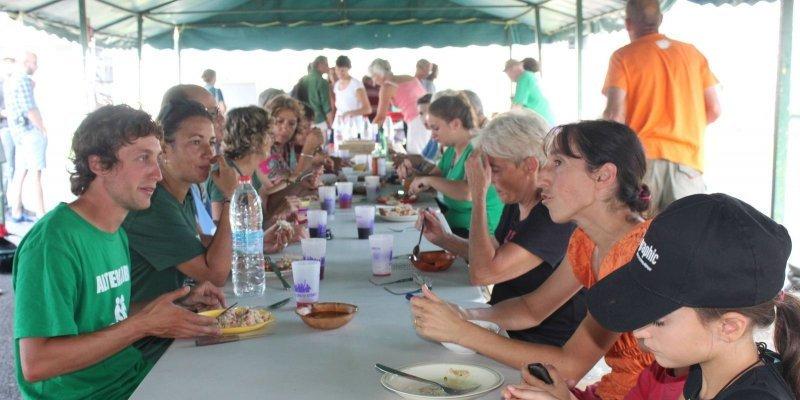 Après avoir déambulé dans la ville, les cyclistes ont partagé un repas et participé aux animations prévues par les associations. PH A.F.
